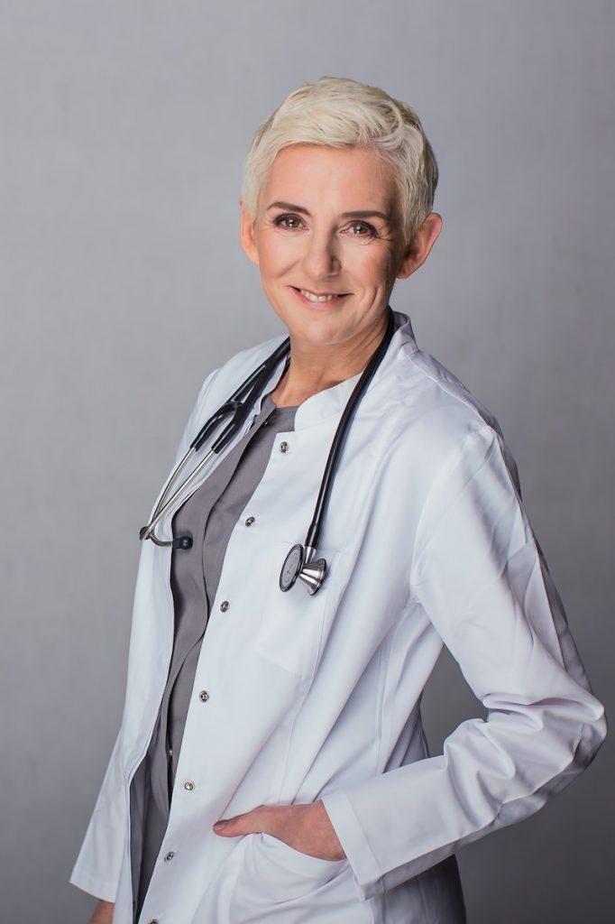 Beata Hill-Wadas - lekarz medycyny estetycznej weWrocławiu, zdjęcie wbiałym fartuchu izestetoskopem