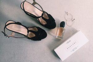 Przygotowanie naimprezę - buty, perfumy ipreparat doszybkiej mezoterapii Electri